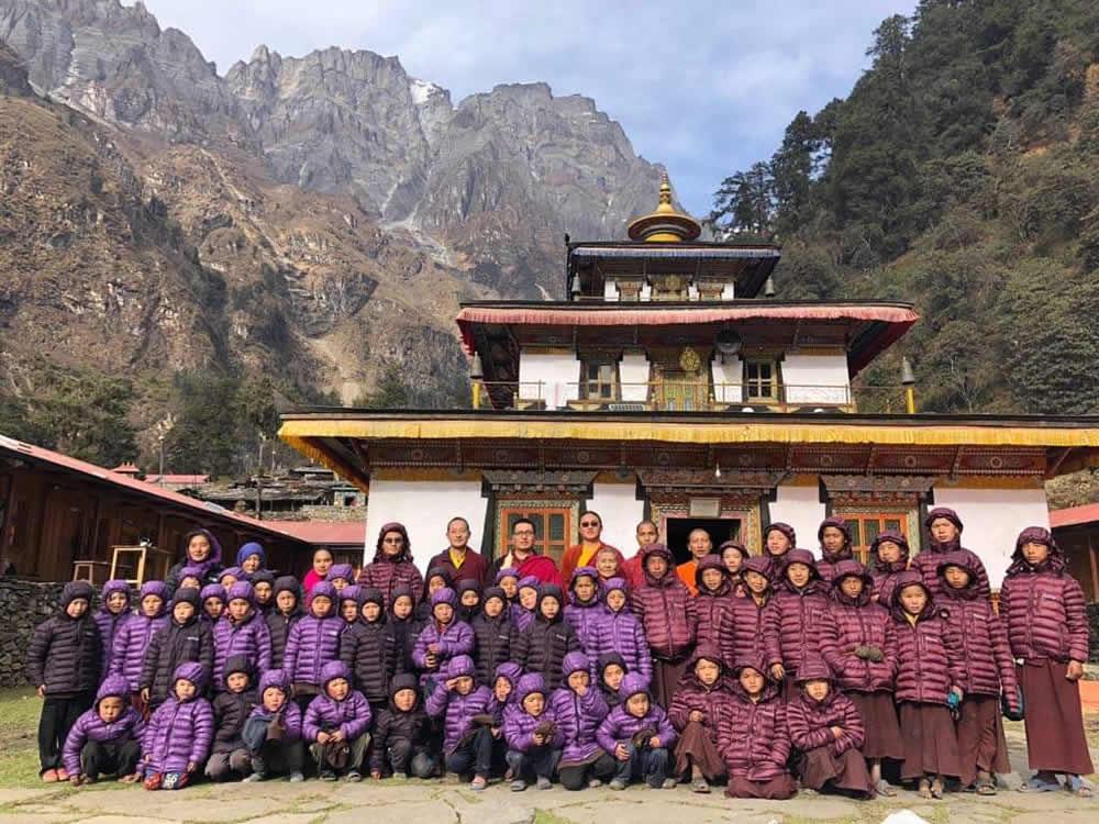 A enfants laïcs et moinillons entoutant Nupul Rinpoche