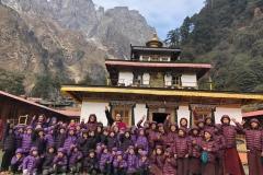 enfants laïcs et moinillons entourant Nuptul Rinpoché